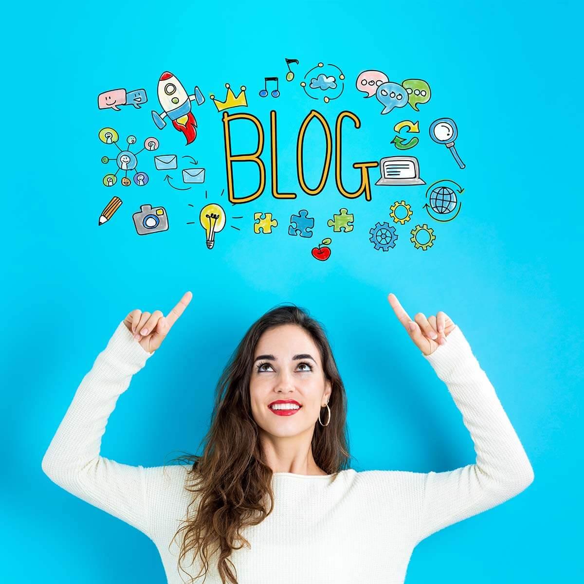 vidám nő bloggal